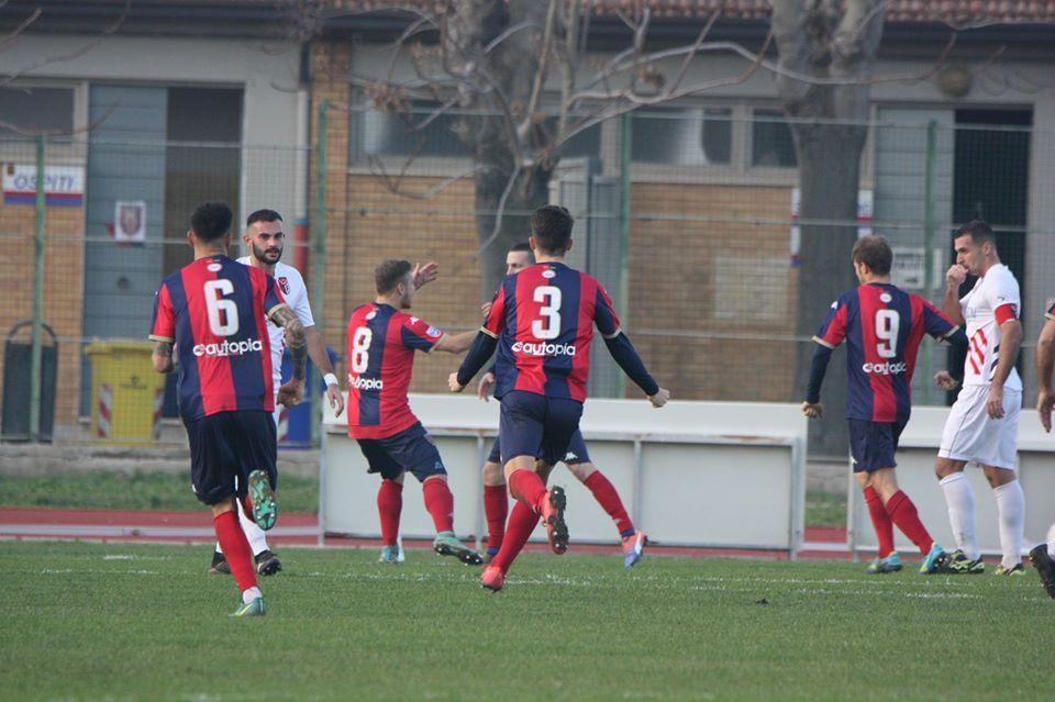 Alessandro festeggiato dai compagni dopo il rpimo gol