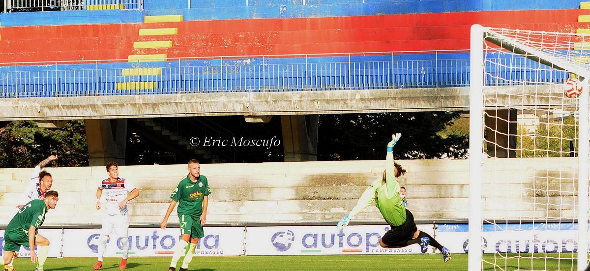 il gol del 4-0 di Esposito (sullo sfondo a sinistra)