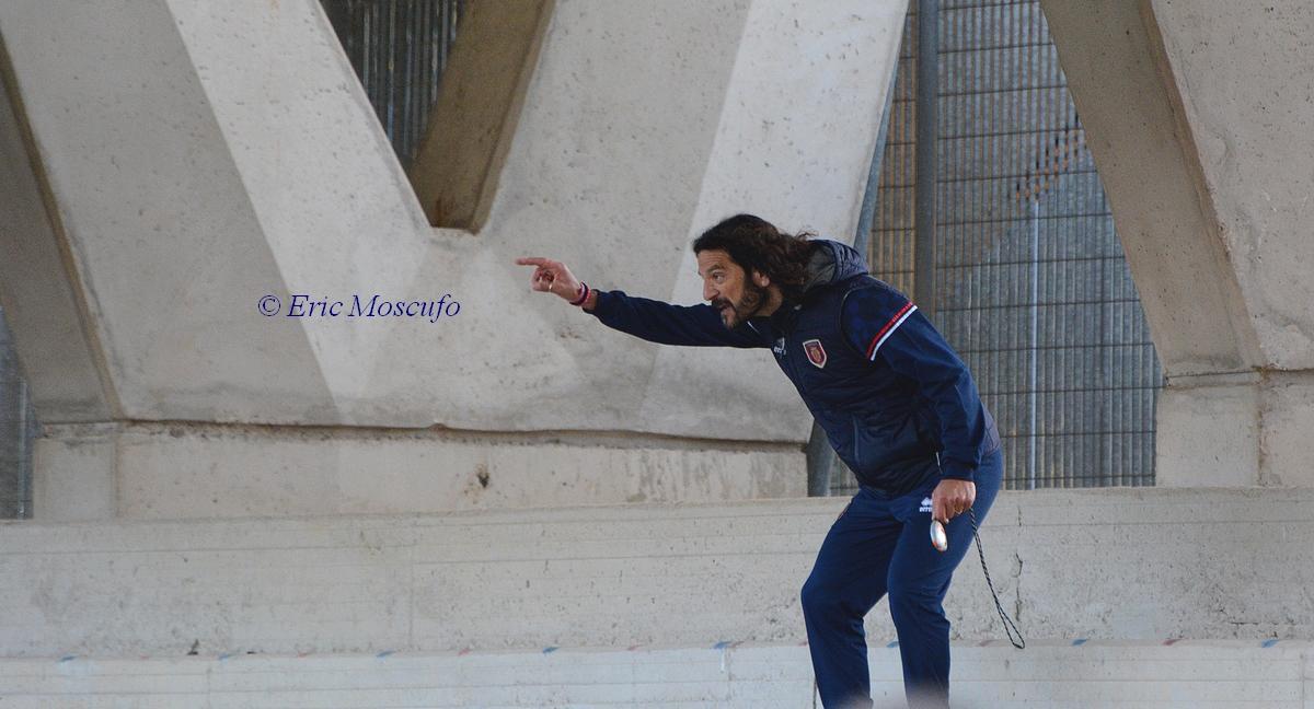 Cudini dà indicazioni dalla tribuna dopo l'espulsione