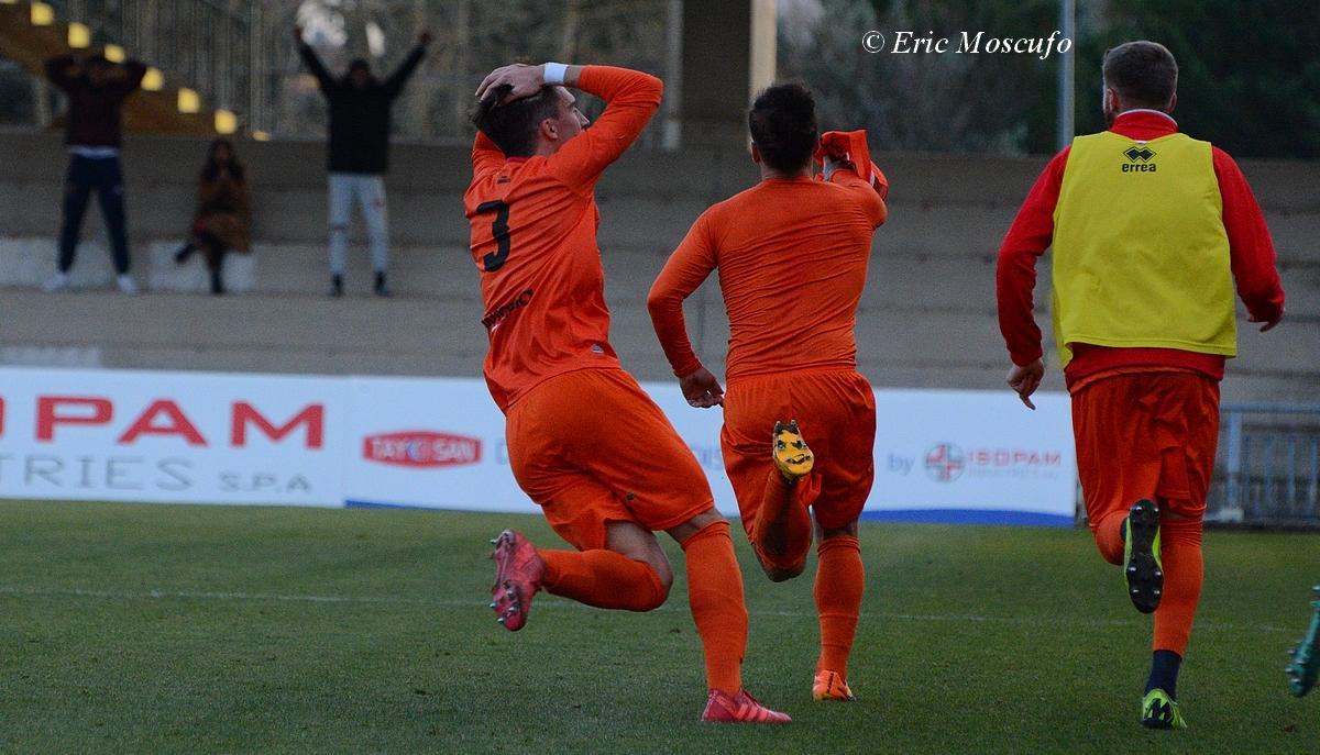 Vanzan con le mani nei capelli rincorre Vittorio Esposito che esulta senza maglia dopo il grandissimo gol realizzato. Sullo sfondo lo squalificato Bontà in tribuna con le braccia al cielo