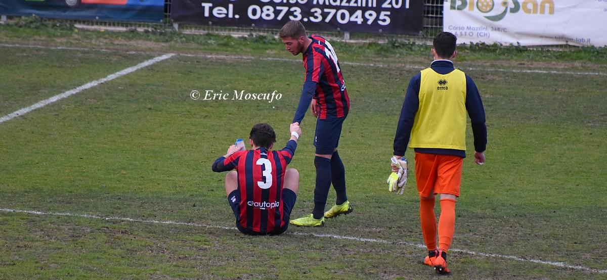 A fine partita Vanzan deluso a terra, Martino lo aiuta a rialzarsi