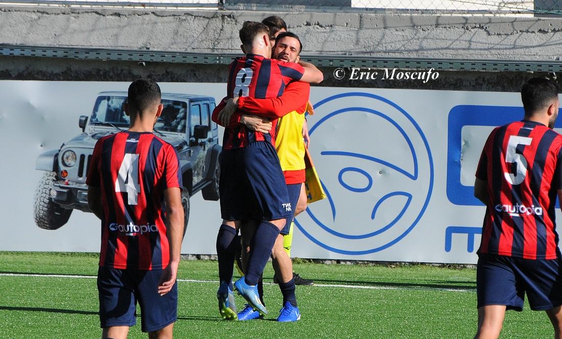 Candellori abbracciato da Dalmazzi dopo gol 3-0
