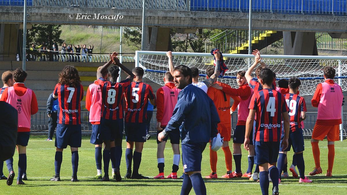 Il saluto della squadra al gruppetto di tifosi presenti fuori dallo stadio a fine partita (1)